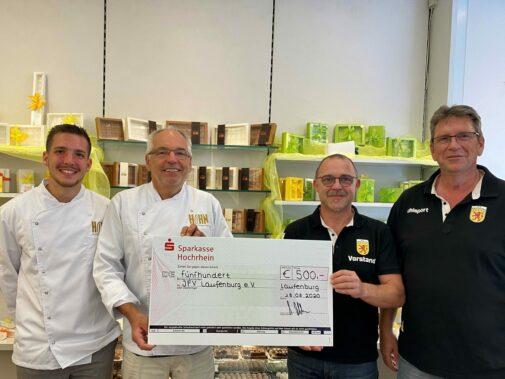 Gerhard und Jonas Muffler überreichen Spendenbetrag an den JFV.